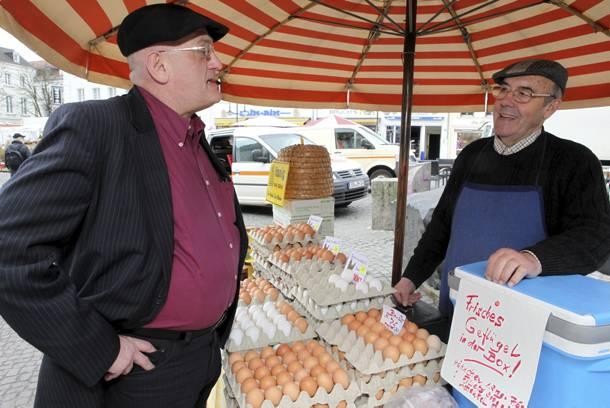 """Klöckner im Gespräch mit Hermann Wahlen auf dem St. Johanner Markt in Saarbrücken: Klöckners Devise heißt """"Alle sollen gut essen."""""""