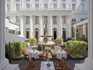 Königlich im Freien speisen: Das strahlend weiße Atrium gilt als Geheimtipp, um den Sommer in Hamburg zu genießen.