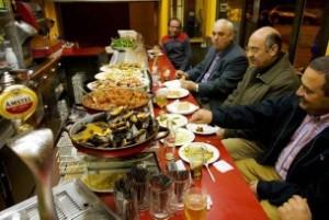 Tapaskultur in einer Bar nahe des zentralen Marktes im spanischen Valencia.
