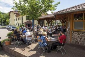 Bei schönem Wetter genießen die Gäste die Bierspezialitäten des Hauses natürlich am liebsten auf der großen Terrasse. - Foto:D.G.